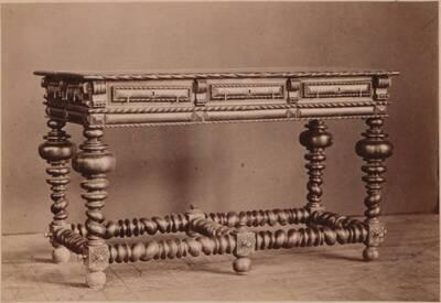 Fotografie eines oktogonales Tisches der Carpenter's Company von 1606 und einer Eichenholz-Kiste mit Szenen des Alten Testaments von ca. 1620 (vom Bearbeiter vergebener Titel)
