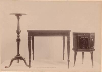 Fotografie eines Lampenständers, eines Kühlers aus Eichenholz mit Intarsien und eines Nussholz-Tisches mit Intarsien aus dem 18. Jahrhundert (vom Bearbeiter vergebener Titel)
