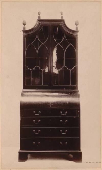 Fotografie eines Bücherschrankes aus Mahagoni von Sheraton um 1790 (vom Bearbeiter vergebener Titel)