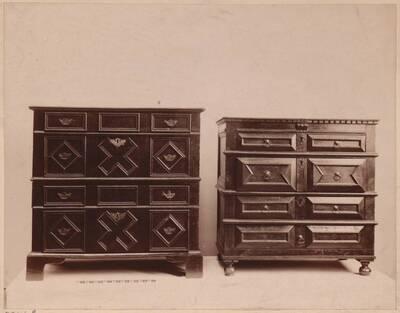 Fotografie zweier Kommoden aus Eichenholz von ca. 1650 (vom Bearbeiter vergebener Titel)