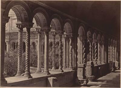 Fotografie des Kreuzgangs der Lateranbasilika (Basilica di San Giovanni in Laterano), in Rom (vom Bearbeiter vergebener Titel)