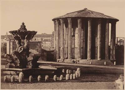 Fotografie der Piazza della Bocca della Verità, mit Brunnen und dem Herkulestempel, in Rom (vom Bearbeiter vergebener Titel)