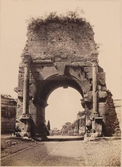 Fotografie eines antiken Bogens mit Straße, in Rom (vom Bearbeiter vergebener Titel)