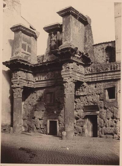 Fotografie einer antiken Fassade eines Hauses, in Rom (vom Bearbeiter vergebener Titel)