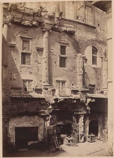 Fotografie einer antiken Fassade eines Hauses in der ehemaligen Via Sughebari Nr. 30, in Rom (vom Bearbeiter vergebener Titel)