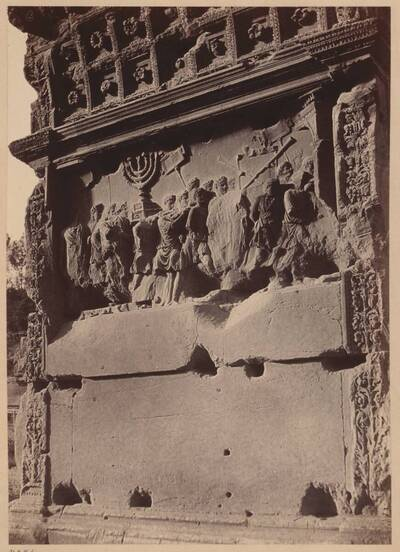 Fotografie eines Details des Titusbogens in Rom (vom Bearbeiter vergebener Titel)