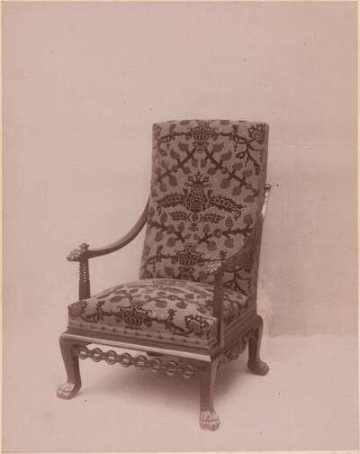 Fotografie eines gepolsterten Armlehnsessels von Sigmund Jaray (vom Bearbeiter vergebener Titel)