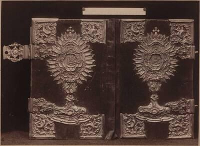 Fotografie eines Einbandes eines Missales mit rotem Samt und Silberbeschlägen aus Cirkvice, 18. Jh. (vom Bearbeiter vergebener Titel)