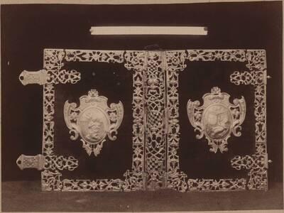 Fotografie eines Einbandes eines Missales mit rotem Samt und Silberbeschlägen, aus Kuttenberg aus dem 18. Jh. (vom Bearbeiter vergebener Titel)