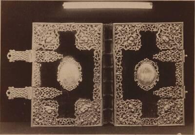Fotografie eines Einbandes eines Missales mit Beschlägen, 18. Jh. (vom Bearbeiter vergebener Titel)