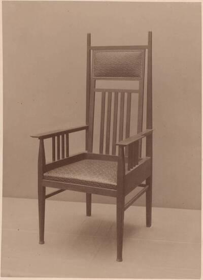 Fotografie eines Armlehnsessels nach einem Entwurf von Rudolf Hammel, ausgeführt von Hans Pacher (vom Bearbeiter vergebener Titel)