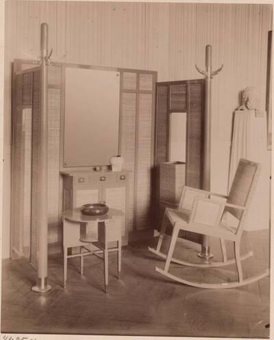 Fotografie von Vorzimmermöbeln aus der Fachschule für Architektur unter Josef Hoffmann (vom Bearbeiter vergebener Titel)