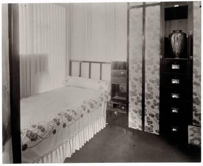Fotografie eines Damen-Schlafzimmers nach einem Entwurf der Fachschule für Architektur unter Josef Hoffmann (vom Bearbeiter vergebener Titel)