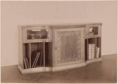 Fotografie eines Bücherregales nach einem Entwurf von Else Unger, ausgeführt von Anton von Maiti und G. Gilgen (vom Bearbeiter vergebener Titel)