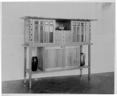 Fotografie eines Salonschrankes nach einem Entwurf von Emil Holzinger, ausgeführt von G. Gilgen (vom Bearbeiter vergebener Titel)