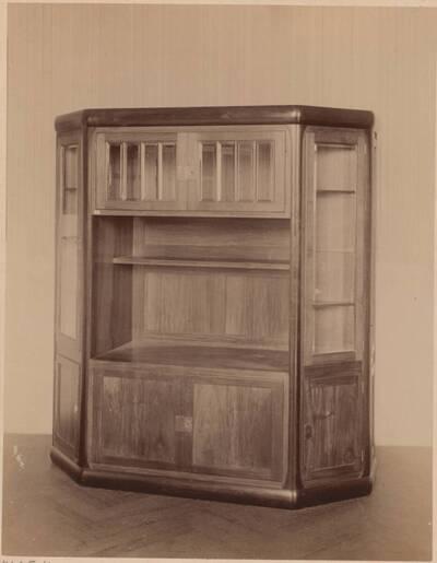 Fotografie eines Schrankes nach einem Entwurf von Else Unger, ausgeführt von G. Gilgen (vom Bearbeiter vergebener Titel)