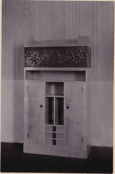 Fotografie eines Schrankes nach einem Entwurf von Max Benirschke, ausgeführt von Georg Klimt und Wenzel Hollmann (vom Bearbeiter vergebener Titel)