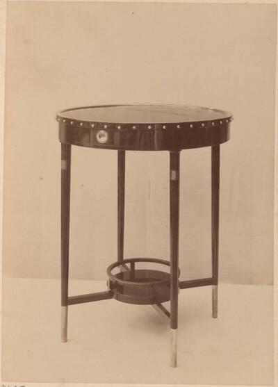 Fotografie eines runden Salon-Tisches (vom Bearbeiter vergebener Titel)