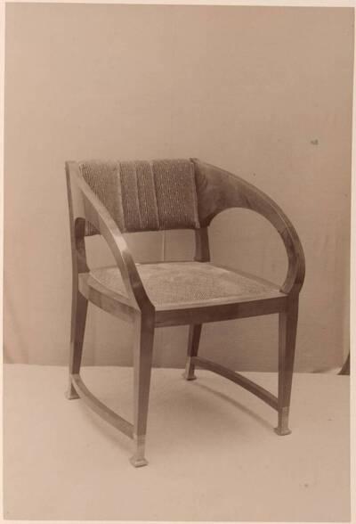 Fotografie eines Armlehnsessels nach einem Entwurf von Wilhelm Schmidt (vom Bearbeiter vergebener Titel)