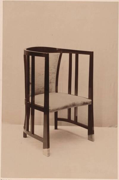 Fotografie eines Armlehnsessels nach einem Entwurf von Wilhelm Schmidt, ausgeführt von L. Löwy (vom Bearbeiter vergebener Titel)