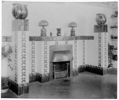 Fotografie eines Kamins nach einem Entwurf von Gisela von Falke, ausgeführt von L. & C. Hardtmuth und Franz Messner (vom Bearbeiter vergebener Titel)
