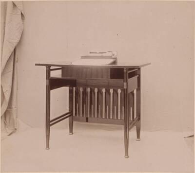 Fotografie eines Schreibtischs nach einem Entwurf von Clemens Frömmel, ausgeführt von Karl Franz (vom Bearbeiter vergebener Titel)
