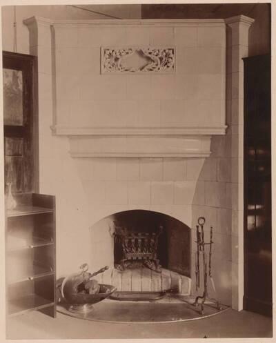 Fotografie eines Kamins nach einem Entwurf von Rudolf Hammel, ausgeführt von der k. k. Fachschule für Tonindustrie Bechyn (im heutigen Kaminzimmer des MAK) (vom Bearbeiter vergebener Titel)