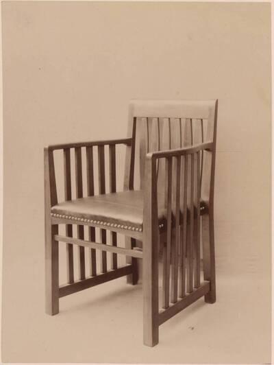Fotografie eines Armlehnsessels nach einem Entwurf von Clemens Frömmel, ausgeführt von Franz Stahl (vom Bearbeiter vergebener Titel)
