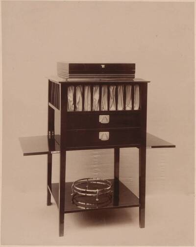 Fotografie eines Arbeitstisches nach einem Entwurf von Clemens Frömmel, ausgeführt von Carl Franz (vom Bearbeiter vergebener Titel)