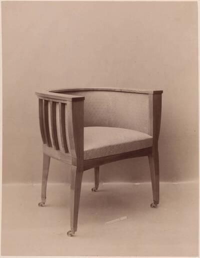 Fotografie eines Schreibtisch-Fauteuils aus Kirschholz von Albrecht Pasternak und M. Geiringer (vom Bearbeiter vergebener Titel)
