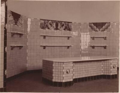 Fotografie von Wandverkleidungen für ein Fleischhauergeschäft nach einem Entwurf von Hans Prutscher (vom Bearbeiter vergebener Titel)