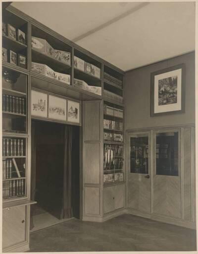 Fotografie einer Buchhandlung nach einem Entwurf von Hans Prutscher (vom Bearbeiter vergebener Titel)