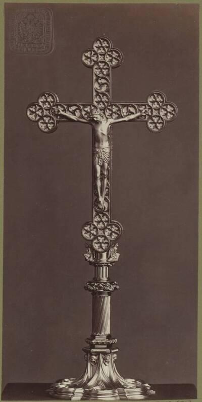 Fotografie eines vergoldeten Bronze-Kruzifix, entworfen von Theophil von Hansen, aus dem Jahr 1867, ausgeführt von der Bronzewarenfabrik & Erzgiesserei D. Hollenbach's Neffen Ed. & F. Richter in Wien (vom Bearbeiter vergebener Titel)
