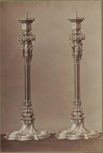 Fotografie zweier vergoldeter Bronze-Kandelaber, entworfen von Theophil von Hansen, aus dem Jahr 1867, ausgeführt von der Bronzewarenfabrik & Erzgiesserei D. Hollenbach's Neffen Ed. & F. Richter in Wien (vom Bearbeiter vergebener Titel)