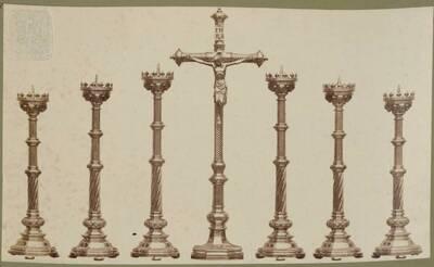 Fotografie mehrerer Tombak-Kandelaber und eines Kruzifix, vermutlich von Hermann von Bergmann entworfen, aus dem Jahr 1863, ausgeführt von der Bronzewarenfabrik & Erzgiesserei D. Hollenbach's Neffen Ed. & F. Richter in Wien (vom Bearbeiter vergebener Titel)