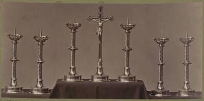 Fotografie mehrerer Messing-Kandelaber und eines Kruzifix, entworfen von Hermann von Riewel, aus dem Jahr 1869, ausgeführt von der Bronzewarenfabrik & Erzgiesserei D. Hollenbach's Neffen Ed. & F. Richter in Wien (vom Bearbeiter vergebener Titel)