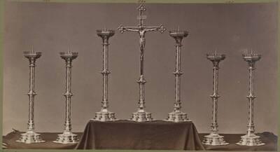 Fotografie mehrerer vergoldeter Bronze-Kandelaber und eines Kruzifix, entworfen von Hermann von Riewel, aus dem Jahr 1869, ausgeführt von der Bronzewarenfabrik & Erzgiesserei D. Hollenbach's Neffen Ed. & F. Richter in Wien (vom Bearbeiter vergebener Titel)