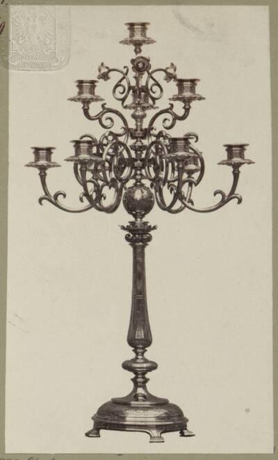 Fotografie eines Tombak-Kandelabers mit 10 Lichter, entworfen von Hermann von Riewel, aus dem Jahr 1865, ausgeführt von der Bronzewarenfabrik & Erzgiesserei D. Hollenbach's Neffen Ed. & F. Richter in Wien (vom Bearbeiter vergebener Titel)