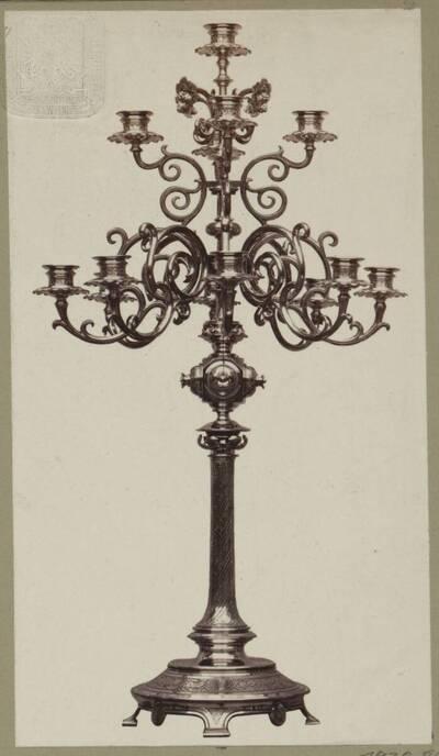 Fotografie eines Tombak-Kandelabers mit 13 Lichter, entworfen von Hermann von Riewel, aus dem Jahr 1865, ausgeführt von der Bronzewarenfabrik & Erzgiesserei D. Hollenbach's Neffen Ed. & F. Richter in Wien (vom Bearbeiter vergebener Titel)