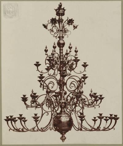 Fotografie eines Tombak-Lusters mit 42 Lichtern, entworfen von Hermann von Riewel, aus dem Jahr 1865, ausgeführt von der Bronzewarenfabrik & Erzgiesserei D. Hollenbach's Neffen Ed. & F. Richter in Wien (vom Bearbeiter vergebener Titel)