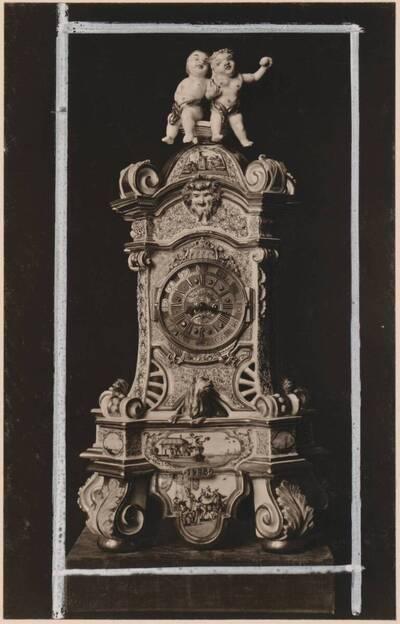 Fotografie einer Standuhr aus Meissener Porzellan von 1727 (vom Bearbeiter vergebener Titel)