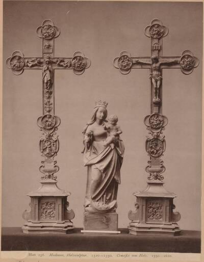 Lichtdruck dreier Holz-Arbeiten, eine Madonna von 1520-50 und zwei Kruzifixe von 1550-1610, aus dem bayerischen Nationalmuseum (vom Bearbeiter vergebener Titel)