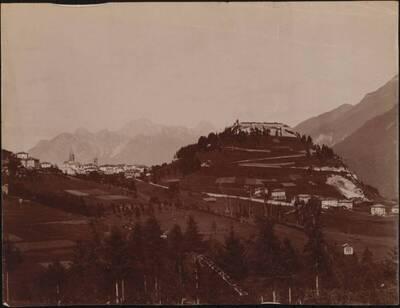 Landschaftsansicht mit der Stadt Pieve di Cadore im Hintergrund, in Italien (vom Bearbeiter vergebener Titel)