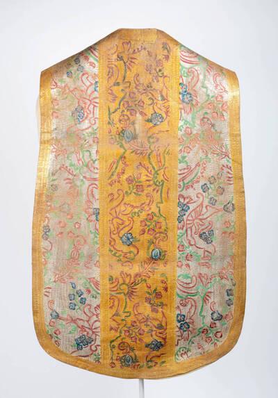 Lederkasel, Stab in gold, Seitenteile in silber mit bunten Blumenmotive