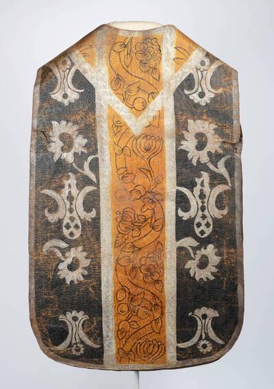 Lederkasel (Trauerkasel), Stab in gold, Seitenteile schwarz mit silbernen Blumenmotive