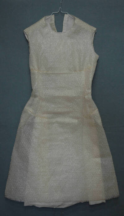 Damenkleid - naturweiß (deskriptiver Titel)