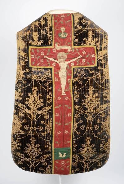 Kaselkreuz mit Kreuzigung und Stab mit Ranken, Samt mit Granatapfelmuster