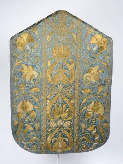 Blattranken mit großen Blüten in Silber und Gold auf blauem Grund