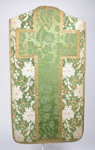 Blumenmuster in grün, weiß und rot, mit Kaselkreuz aus grünem Damast