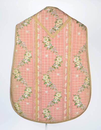 Blumenranken auf weißem Gitter mit kleinen Schmetterlingen auf altrosa Grund